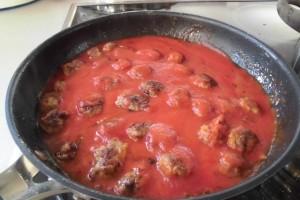 fusilli-mit-tomaten-fleischkloesschen-sosse-4