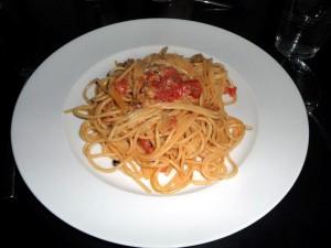 Spaghetti mit Tomaten und Mozzarella-Soße